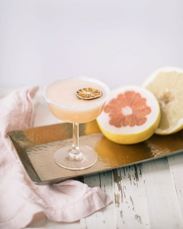 Has anyone ever tried a pomelo before? I hadnt but I heard that they taste similar to a grapefruit and so I decided to whip up this ginger-pomelo Paloma and guess what? Its delicious! Get this refreshing cocktail recipe over on the blog today! #pomelo #pomelopaloma #paloma #gg5things #pinkflashesofdelight #feedfeed #feedfeedcocktails #cocktail #cocktailrecipe #buzzfeast #lcdotcomloves #persuepretty #smpliving #theeverygirl #theeverygirlcooks #mystyle #flashesofdelight