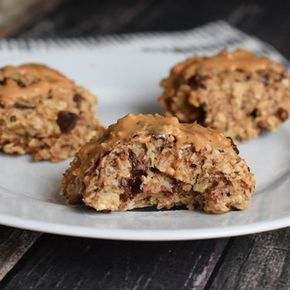 Simple banana oat cookies that you can eat for breakfast. Delicious with pieces of chocolate and peanut butter. Low FODMAP, gluten-free, dairy-free, vegan.