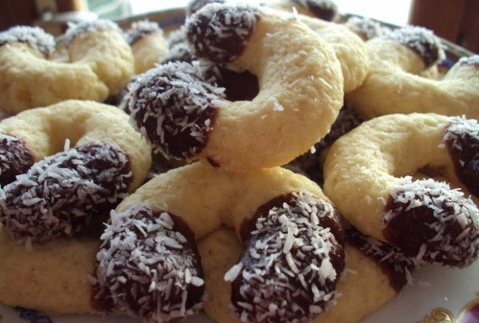 cukr 1 ksvejce 1 lžícezakysaná smetana 1 bal.vanilkový cukr Čokoládová poleva: 100 ghořká čokoláda 50 gmáslo 50 gkokos na obalení Vytisknout Postup přípravy  Hladkou mouku s kukuřičným škrobem prosejeme do mísy, přidáme na kostičky nakrájené máslo, přidáme kokos, moučkový a vanilkový cukr, zakysanou smetanu, vajíčko a vyhneteme hladké těsto, které zabalíme do potravinářské fólie a odložíme do ledničky na 2 hodiny. Po odležení z těsta odebíráme menší kousky, ze kterých tvarujeme rohlíčky a…