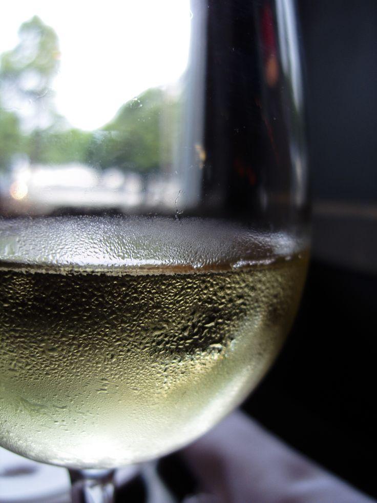 Temperatura podawania wina jest niezwykle ważna! Białe wina zazwyczaj serwujemy chłodniejsze niż wina czerwone. O tym w jakiej temperaturze podać rieslinga a w jakiej dojrzałe Bordeaux dowiesz się z naszych kursów - http://vinotrio.com.pl