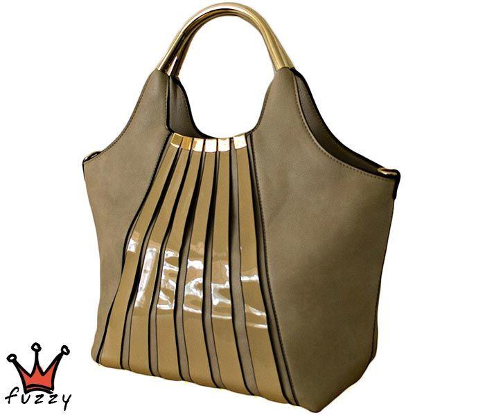 Τσάντα γυναικεία σε μπεζ χρώμα, απομίμηση δέρμα, με μία εξωτερική θήκη και δύο εσωτερικές με φερμουάρ. Έξτρα λουράκι ώμου. Διαστάσεις 45 Χ 42 εκ.