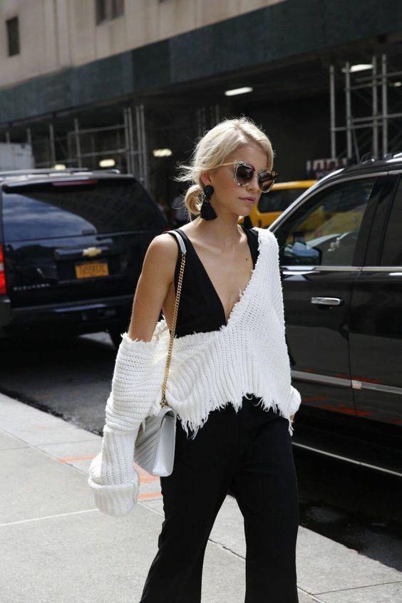 Para usar já: Maxi brincos. Blusa preta com decote, suéter branco destroyed, calça preta, brinco preto com tassel, Statement earrings