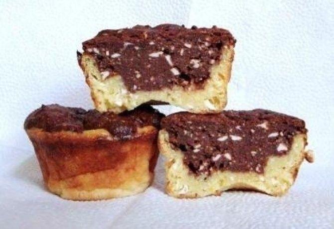 A muffinalaphoz 500 g tehéntúró 3 db tojás 80 g joghurt (natúr) 120 g cukor 40 g búzadara 30 g margarin A massza kisebbik részéhez 10 dkg étcsokoládé (70%-os csokit) 20 g margarin 1 csipet só 0.5 csomag csokoládés pudingpor 1 késhegynyi chili A massza nagyobbik részéhez 0.5 csomag vaníliás pudingpor 2 ek cukor 1 evőkanál búzadara