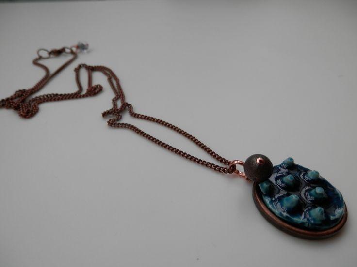"""Collana lunga """"punte"""" cobalto, ciondolo realizzato a mano in gres bianco decorato con vetro cobalto montato su base : Catenine di ilalab"""