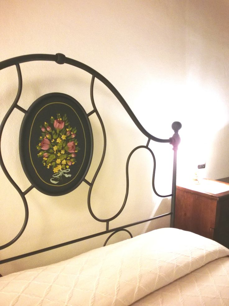 Dettagli delle nostre camere, dipinti a mano. Hand painted headboard. http://countryhouseperugia.blogspot.it/
