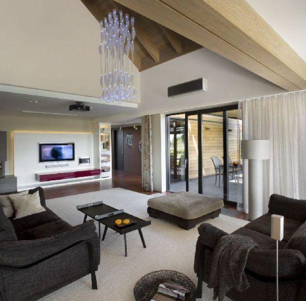 Przestrzeń na parterze jest otwarta. Umowną granicę między salonem   a jadalnią wyznacza drewniana belka na suficie