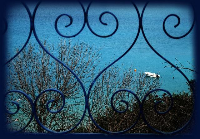 τ' άσπρα μες το πράσινο  τα μπαλκόνια μάλαμα και θάλασσα... ~ Γιάννης Ρίτσος