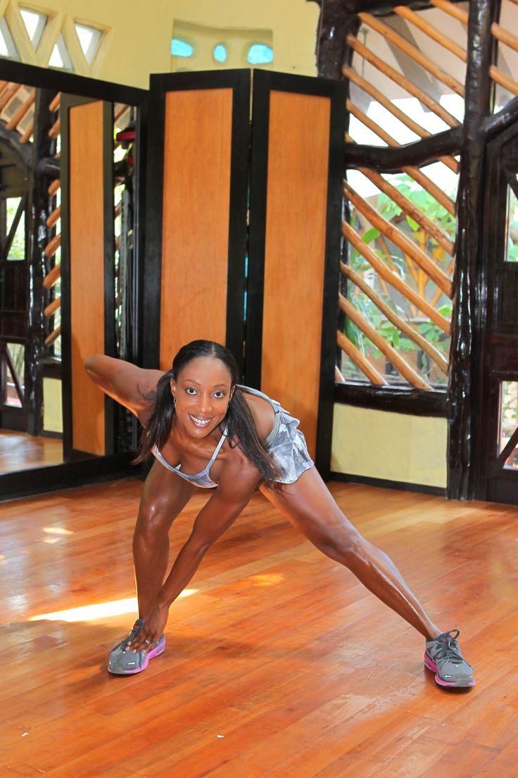 2.Toma un gran paso hacia la izquierda, inclínate hacia adelante y  flexiona la pierna derecha  de modo que tu trasero  empuje  hacia  atrás de tu talón izquierdo. Mantén la pierna izquierda recta, trabaja  los músculos de los cuádriceps y toca con la mano izquierda, el pie derecho. Manten la columna larga, y la mirada hacia el frente.