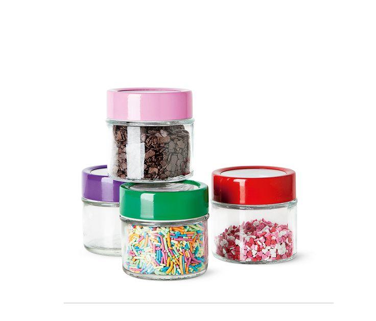 Tieni le spezie in ordine con questi vasi alti 6 cm on coperchi di colore rosa, viola, rosso o verde. Due per € 1.