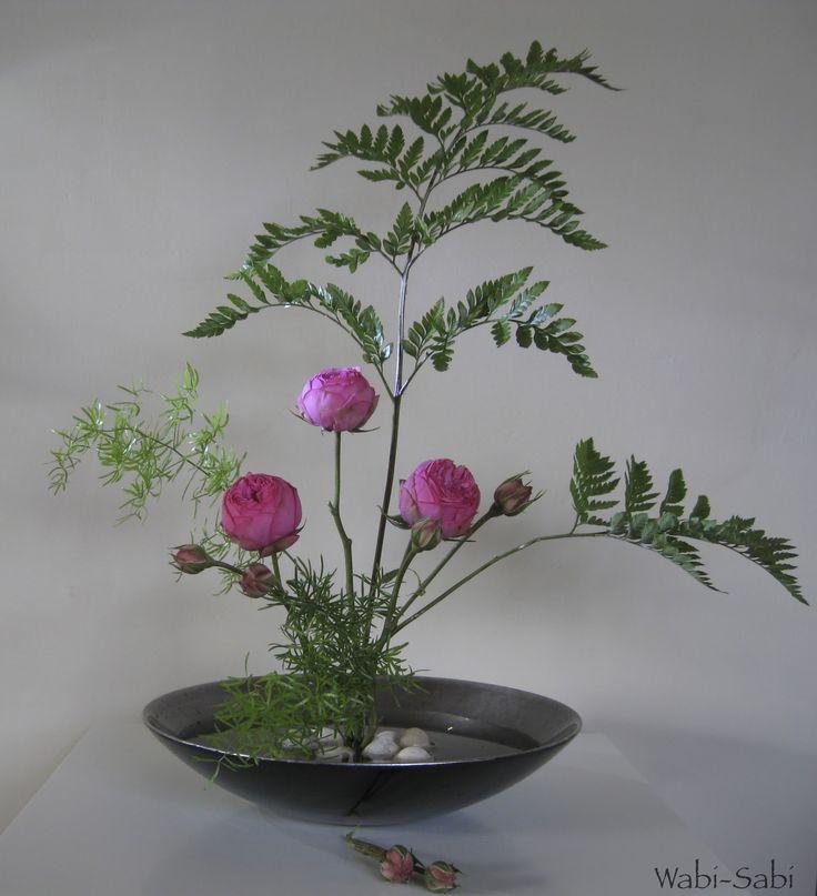 WABI-SABI: Moribana con rosas, esparraguera y helecho hoja de cuero