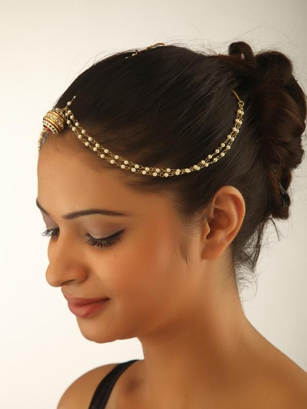 A delicate mathapatti with double strand small pearls and a traditional Rajasthani/Marwari round tikka. -https://www.cooliyo.com/product/103485/the-marwari-mathapatti/