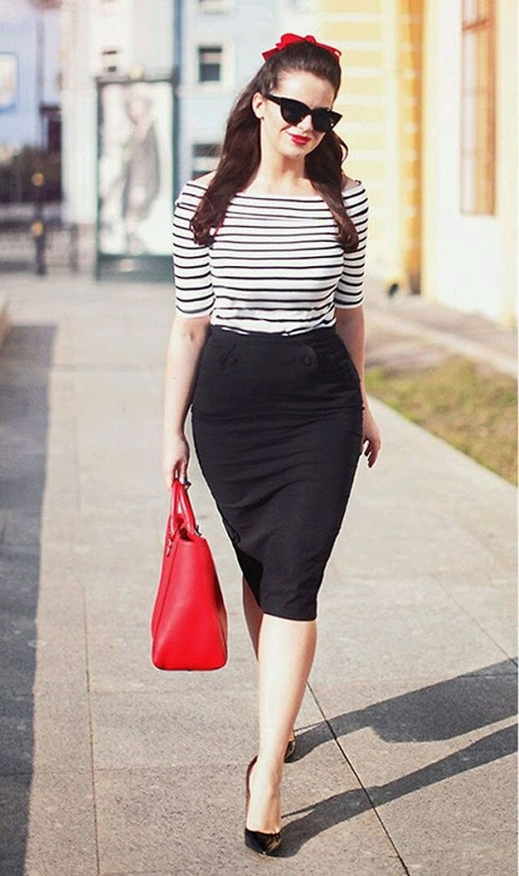 Cool 32 Elegant Black Pencil Skirt Outfit Ideas. More at http://trendwear4you.com/2017/12/19/32-elegant-black-pencil-skirt-outfit-ideas/