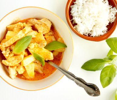 Röd currykyckling med ananas är ett lättlagat och oerhört gott recept till din vardagsmiddag. Kycklingen får sin goda smak av smaksättare som röd currypasta, kokosmjölk, ananas och fisksås. Garnera med basilika och servera ris till kycklingen.