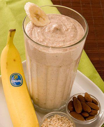 Amandelen, haver, bananen en yoghurt gemixt voor een krachtig ontbijt.