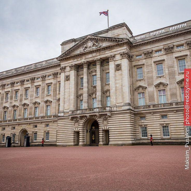 Buckingham Palace   Букингемский Дворец. Поднятый флаг означает что Королева находится во дворце.  #redcityline #london #uk #londonlife #citybestpics #archilovers #architecture #photographer #photooftheday #travel #instatravel #londonphoto #unitedkingdom #ig_london #palace #buckinghampalace #insta_travell by maksim_pushkin