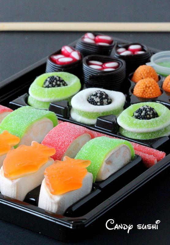 Het is natuurlijk heel leuk om kinderen hun eigen snoep sushi te laten maken, maar ook heel erg geschikt als verjaardagstraktatie! Dit heb je nodig: marshmallows, zure matten, drop veters in 2 kleuren, snoepvissen, gummy snoep, gekleurde staafjes zuur of zoet of ander snoep.  #sushi #traktatie                                                                                                                                                                                 Más