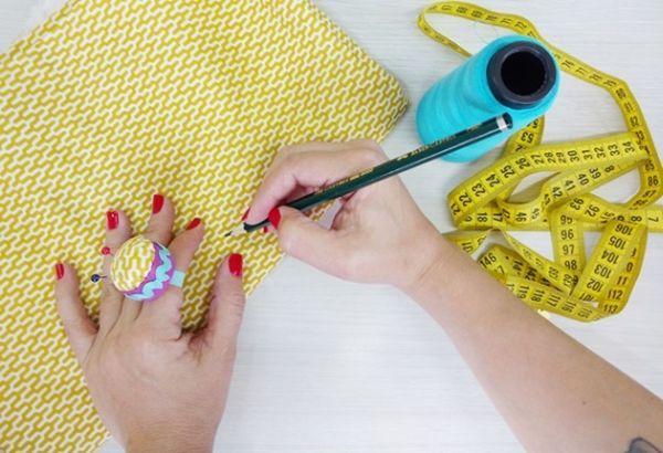 Alfineteiro de dedo com tampinha de garrafa pet pode ter os enfeites que você desejar (Foto: blog.elo7.com.br)