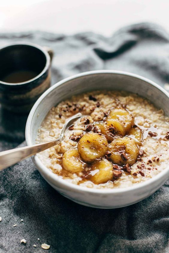 Porridge à la banane caramélisée - Oatmeal : 7 idées aux flocons d'avoine pour un petit-déjeuner qui change - Elle à Table
