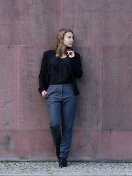 Schmal geschnittene Hose für Damen mit seitlichen Taschen - Nähanleitung und Schnittmuster via Makerist.de
