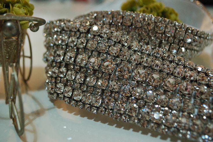 Inspirado no cinto da princesa Kate Middleton, este cinto é um luxo só! Todo bordado em strass, ele é o acessório perfeito pra quem quer brilhar! O da foto possui 5 cm de largura, mas pode ser feito na largura que você desejar! O VALOR DO CINTO É PARA CIRCUNFERÊNCIA MÁXIMA DE 80CM DE BOR...