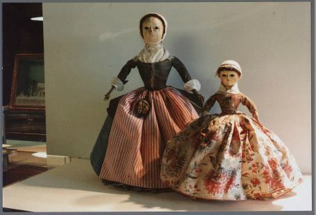 Assendelft Twee 18e eeuwse houten poppen in Zaanse klederdracht, Zaans Archief. #NoordHolland #Zaanstreek