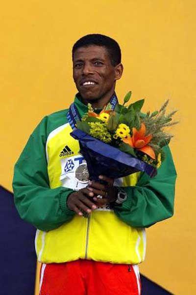 Dit is Haile Gebrselassie. Hij werd 2 keer Olympisch kampioen op de lange afstand en 9 keer wereldkampioen.