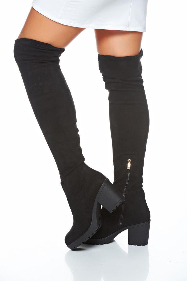 Cizme Exclusive Class Black. Cizme din piele ecologica, care se trag pe picior ca un ciorap, iar in partea de jos sunt prevazute cu un fermoar de glezna. Au toc patrat de 7 cm. Inaltimea cizmei este de 54 cm masurat de la toc.