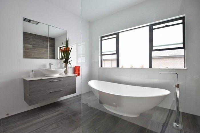 Wandgestaltung Bad Ohne Fliesen Graue Paneele Und Weiss Gestrichene Wande Badezimmer Fliesen Badezimmer Badezimmereinrichtung