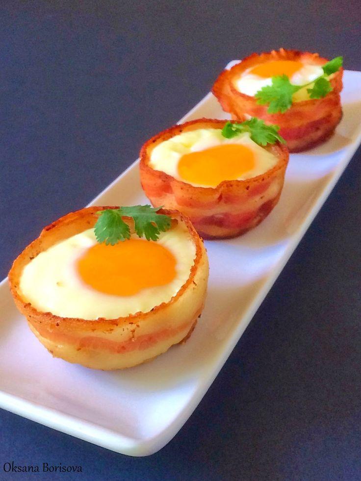 6 небольших яиц  6 полосок бекона  тертый сыр  хлеб  соль, перец по вкусу   Разогрейте духовку до 200 градусов (400F). Обжарьте немного ...