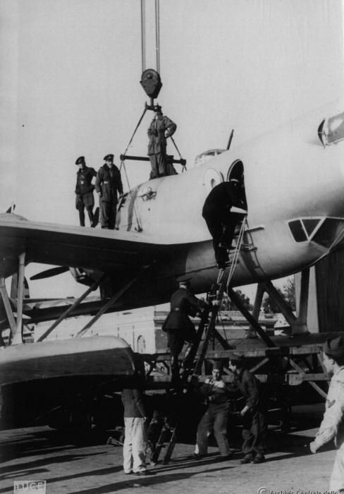 Brindisi, preparazione dei CRDA Cant.Z.506B per lo sbarco a Corfù
