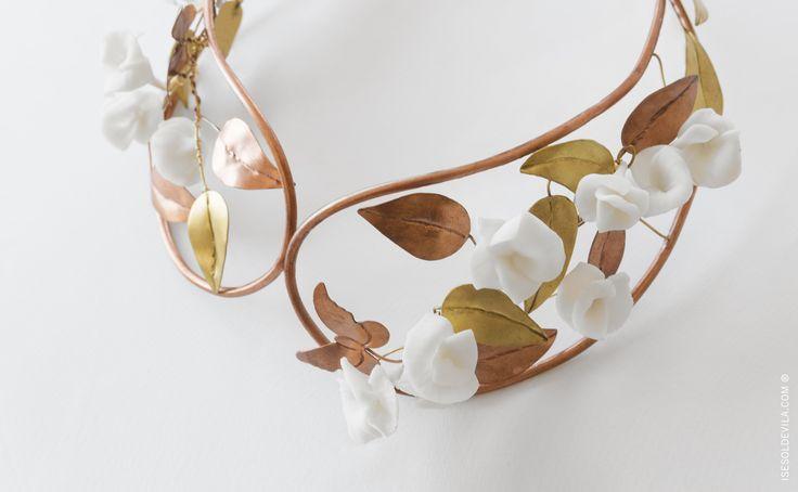 TOCADO CAYETANA_Ref. T_03 ·tocado realizado con cobre y adornado con flores de #porcelana realizadas por @lauramurcia_  #wedding, #bodas #savethedate #jewerly #novias #tocadonovia