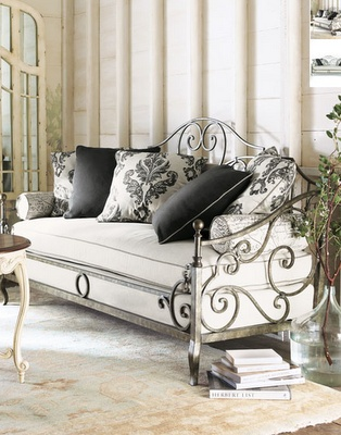 How beautiful is this daybed...