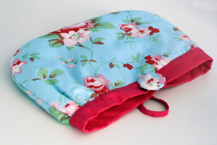 "This sew pouch can be use as a make up bag, pouch or cloutch. Perfect for stashing all those small bits that lurk at the bottom of your bag.It is perfect for Mother's Day gift.Made of 100% cotton fabric, flower outside and light pink insight. Closing with flower fabric covered button.Made on orderSize aprrox: 21cm/8"" x 15cm/6"""