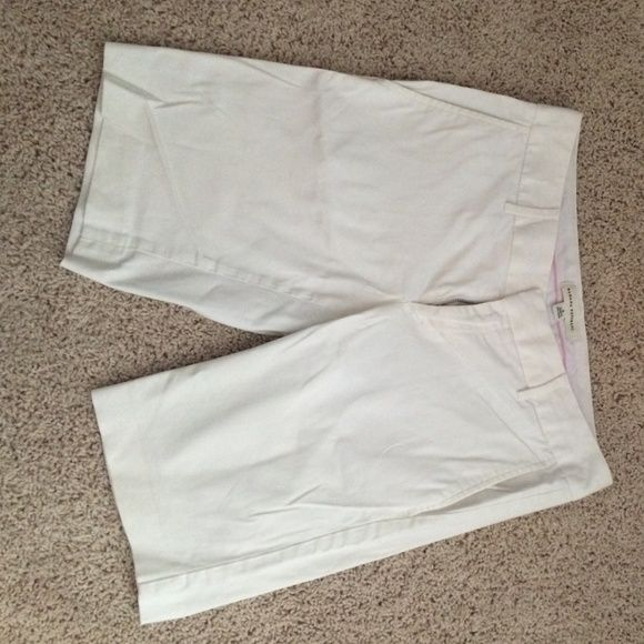 Banana Republic size 4 white knicker shorts White, knicker style shorts that area a size. 4 and fit true to size. No stains and come from smoke free home. Banana Republic Shorts Bermudas