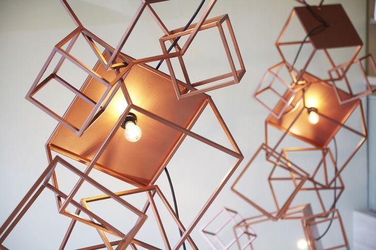 Projeto na Tailândia explora romantismo e leveza dos tons neutros com as formas poliédricas