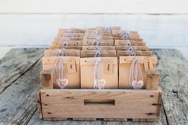 Goodiebags voor de gasten als bedankje. // Fotograaf: Trouwtrendy // Girls of honour