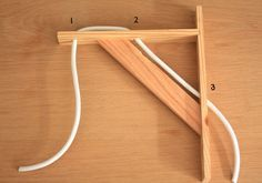 Tutoriel pour fabriquer une lampe / applique murale d'esprit scandinave. Il vous faut une équerre en bois, un abat-jour, une douille et du fil électrique.