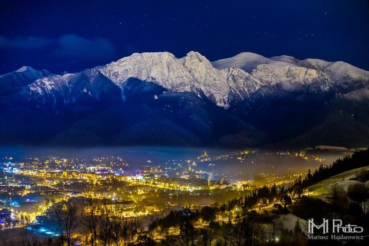 Tatry nocą i ciągle rozbudzone miasto Zakopane (źródło: goryiludzie.pl)