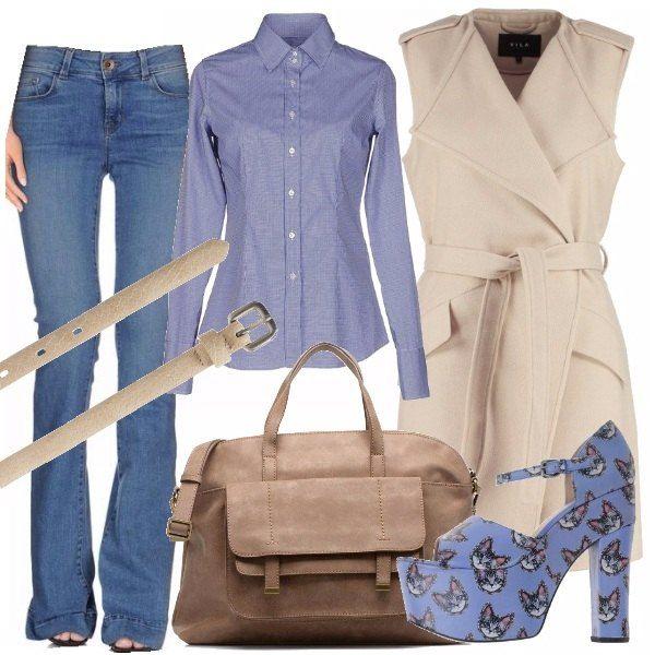 Jeans in denim blu chiaro a zampa, camicia a maniche lunghe azzurra, gilet lungo con cintura in vita color nude, sandalo con zeppa stampato, cintura sottile, maxi bag in pelle con tasca e tracolla