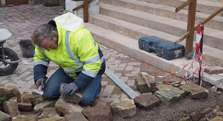 Les salariés du chantier d'insertion construisent une murette devant l'entrée du restaurant du Pont des Fées. Ces travaux donnent la possibilité aux salariés d'acquérir une expérience en maçonnerie qui pourra éventuellement être complétée par une formation....