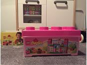 Lego Duplo, Lego Kasse med legoklodser fra dublo Perfekt til de små som skal have noget at lege med hos bedsteforældrene. Nemt at gemme af vejen og sjovt. Dyrene og menneskerne følger ikke med.   Fra et røg og dyr frit hjem.  Fået i fødselsdagsgave. Vi har alt for meget Lego dublo og der var ikke byttemærke på.   Har også et andet sæt til salg.   Butikspris: 289kr  Tekst fra hjemmeside: Alt-i-et-kasse fra LEGO Duplo - et fantastisk byggesæt, der indeholder det meste! Der er en masse...