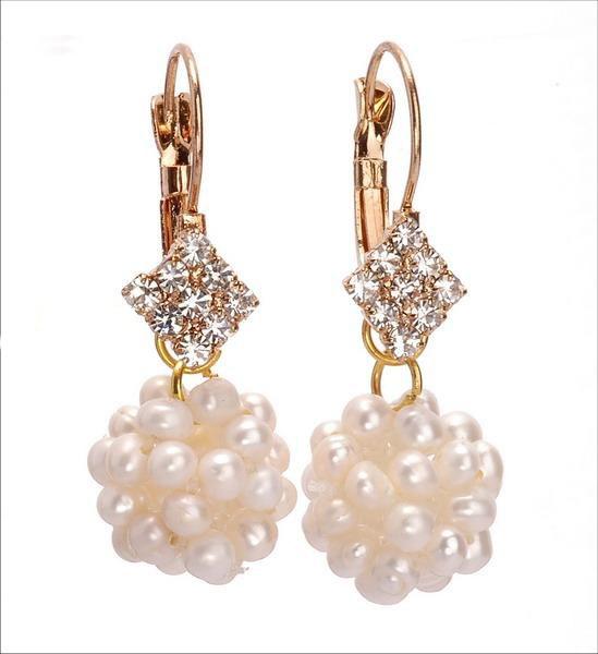 Cercei Sferik   Cerceii sunt placati cu aur roz , iar perlele de apa dulce, crem, cu dimensiuni de 4-5 mm sunt montate manual sub forma de sfera. Prelungirea cerceilor este un romb incrustat cu cristale stralucitoare. Modelul este de un efect deosebit.Detalii: http://cadourisiperle.ro/produse/cercei-cu-perle/cercei-sferik
