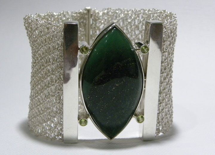 Bracelete feito com fio de prata e as pedras ágata verde e peridotos (R$ 820)