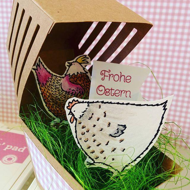 Der #Hühnerstall in der #Fensterschachtel. Erst Ideen für #Ostern. Die Hühner sind mit den #Aquarellstiften bemalt. Das Set ist ein gratis Sale-a-Bration Produkt. Auch für dich! Melde dich bei mir für mehr Infos oder schau auf meinem Blog vorbei. #linkinbio  #stampinup #stampinupdemonstrator #windowbox #saleabration #dasgelbevomei #sukkulentengarten #zartepflaume
