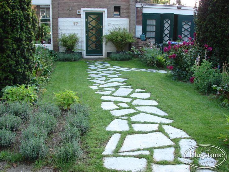 Flagstones los in de tuin, gras of grind. Stapstenen voor buiten
