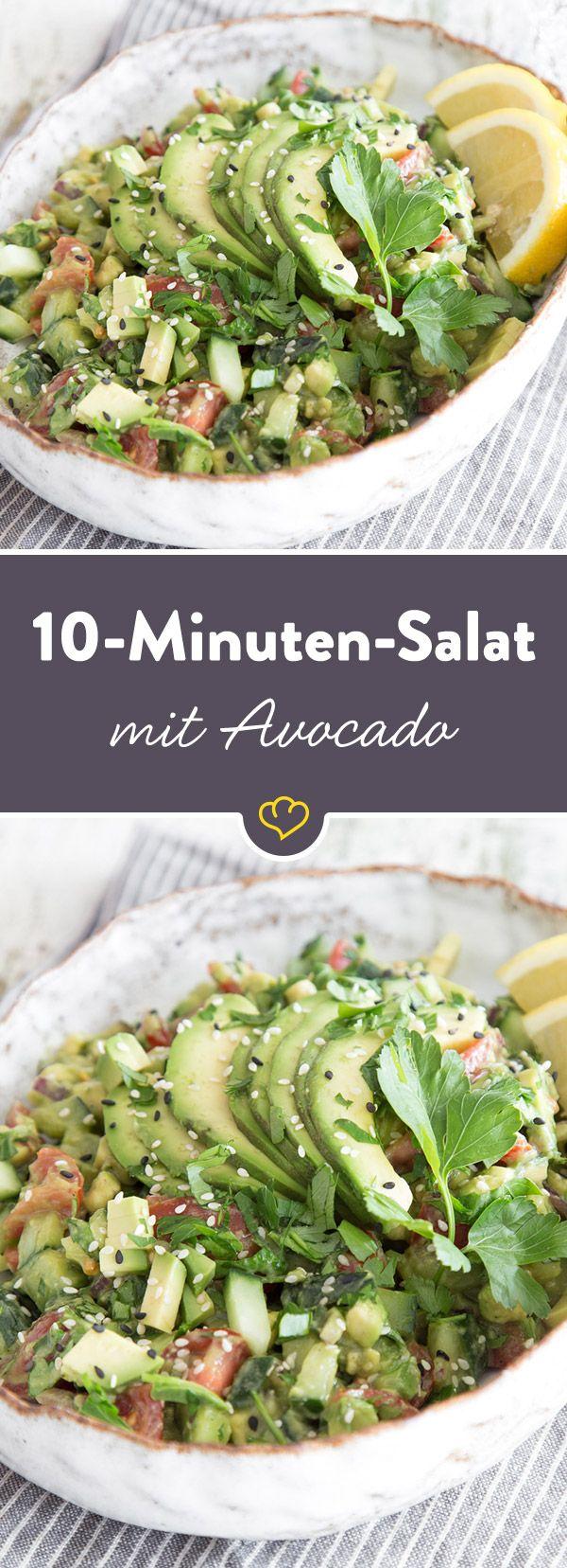 Avocado-Salat mit Tomaten, Salatgurke und Petersilie auf.