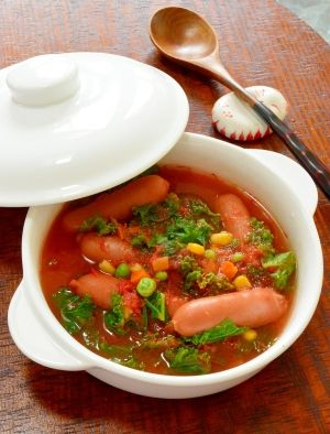 「生トマトで作る!ケールとウインナーの栄養満点スープ」ケールを使った栄養満点のスープです。ケールは非常に栄養価が高く、ビタミン類やミネラルなどをバランスが良いです。生トマトの酸味と、ウインナーで美味しくなりました。【楽天レシピ】