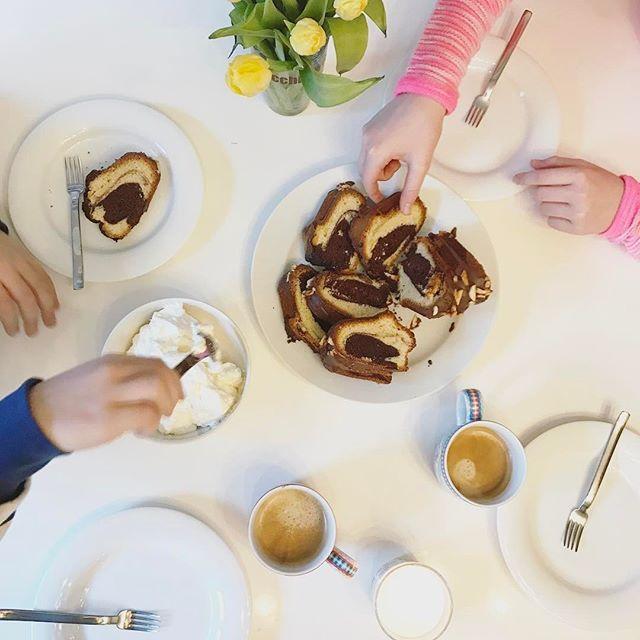 Reste vom besten Marmorkuchen ever. Diesmal ohne Schattenmorellen, dafür mit 'gebrannten Mandeln' auf Schokolade. Ich glaube, beim nächsten Mal kommen die in den Kuchen.  Das Rezept für den Kuchen findet Ihr auf dem Blog -> Juli 2011.  Habt einen schönen Sonntag! ☕️🌷🌨 #marmorkuchen #rezept #waseigenesblog #happysunday #kuchenundkaffee #familienzeit #tulpenliebe