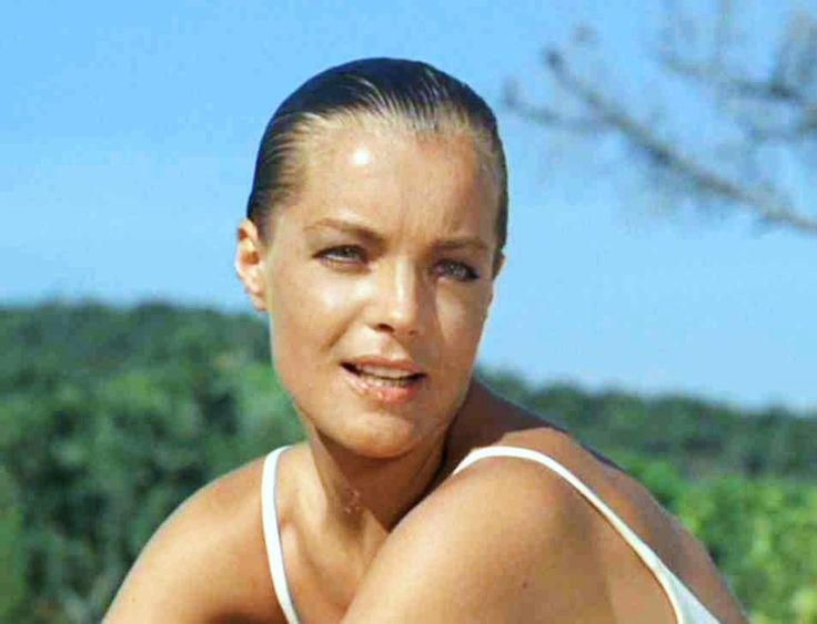 """1969 / FILM CULTE / Cette année, Alain DELON retrouve """"sa belle"""" Romy SCHNEIDER afin de tourner le film """"La piscine""""... L'instant du tournag..."""
