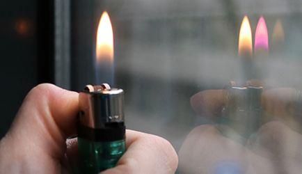 Flammentest: Feuerzeug vor das Fenster halten
